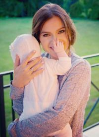 Олена Темнікова з новонародженою дочкою