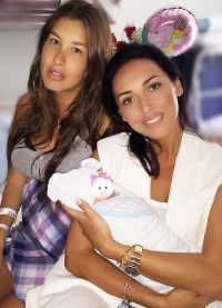Кеті Топурія з новонародженим сином і подругою Алсу
