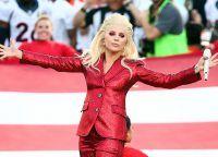 Співачка з`явилася перед глядачами в блискучому червоному костюмі